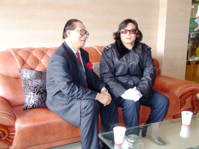 赋帝潘承祥(右)与卯秋民(江泽民特型演员)、